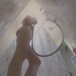 En la ducha con Angelina. Teniamos ganas de ver como se enjabona esta tierna jovencita